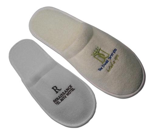 נעלי מגבת עם רקמה | נעלי ספא ממותגות | נעלי בית עם לוגו