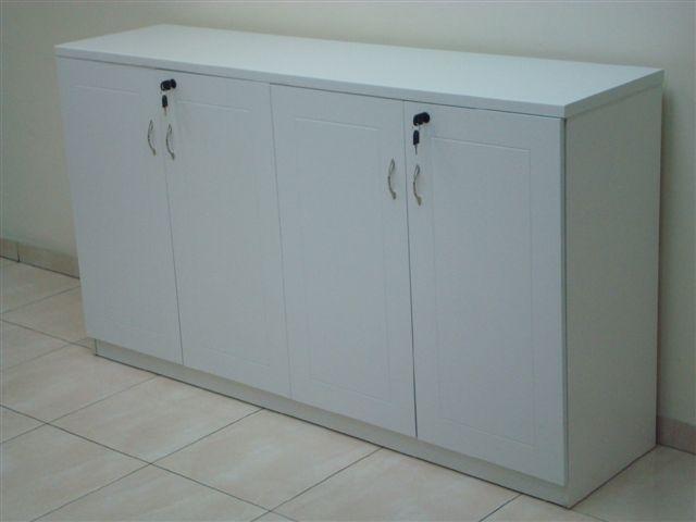 ארון משרדי לבן מדמוי פורניר למשרד  לאחסון קלסרים