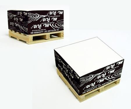קוביות נייר על משטח עץ | מתנה יחודית