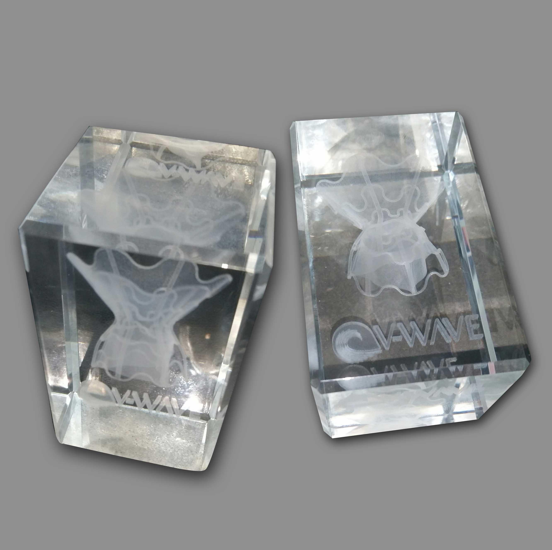 מגן הוקרה | קובית זכוכית עם צריבת לייזר פנימית