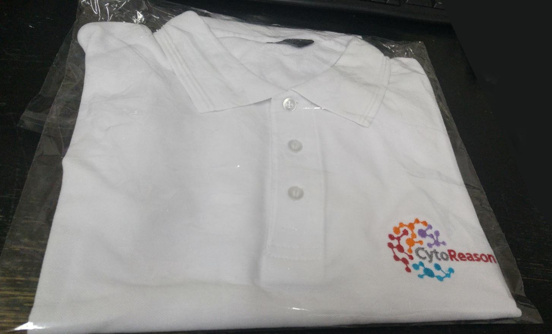 חולצת פולו לבנה עם הדפס