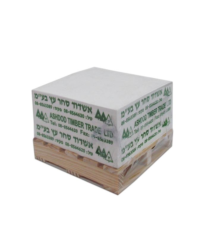 מעמד שולחני | קוביית נייר על משטח עץ
