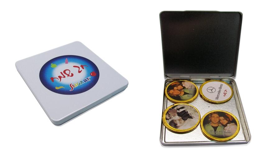 קופסת מתכת עם מטבעות שוקולד