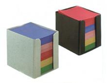קופסת פלסטיק עם נייר ממו