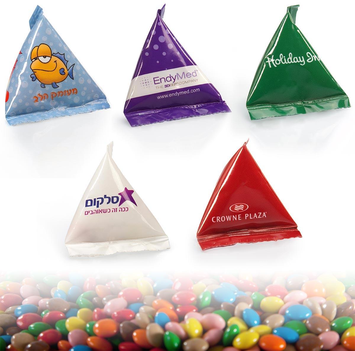 פירמידה ממותגת עם עדשי שוקולד