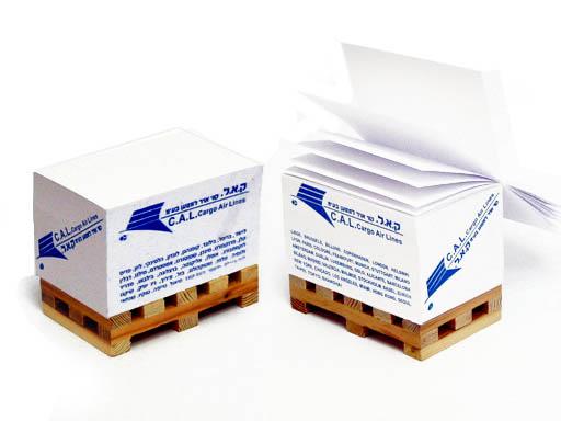 קובית נייר על משטח עץ | מתנות קד מ