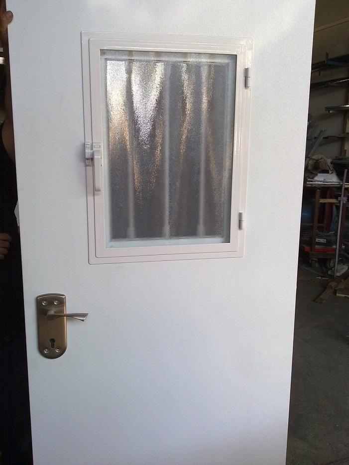 חלון נפתח בדלת פלדה