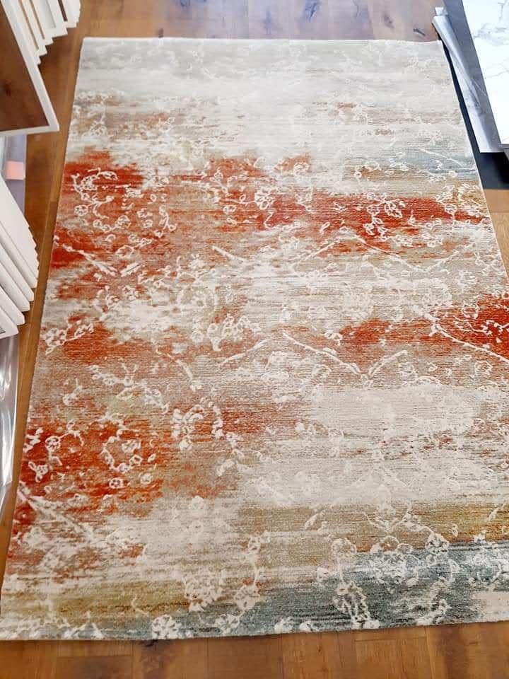 שטיח מודרני עם נגיעות של צבע