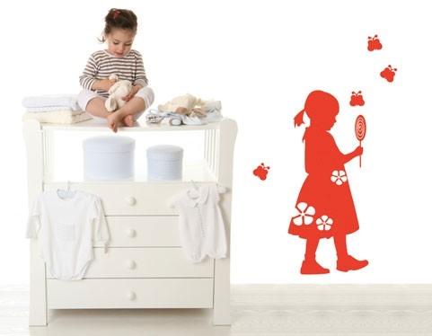 מדבקת קיר של ילדה עם סוכריה