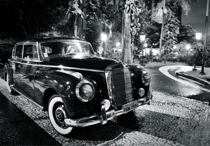 תמונת טפט שחור/ לבן של מכונית