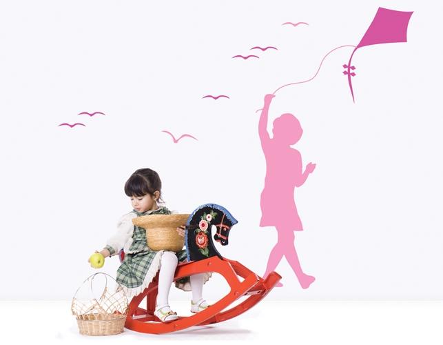מדבקת קיר של ילדה עם עפיפון