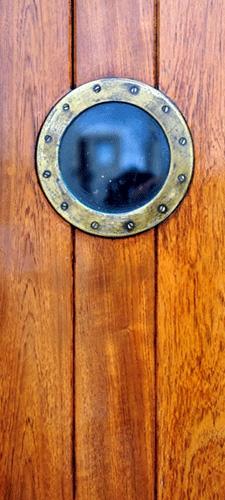 תמונת טפט דלת בספינה - A Ship's Door