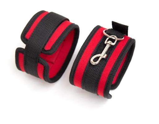 אזיקים חזקים באדום ושחור עם סגירה בסקוטש