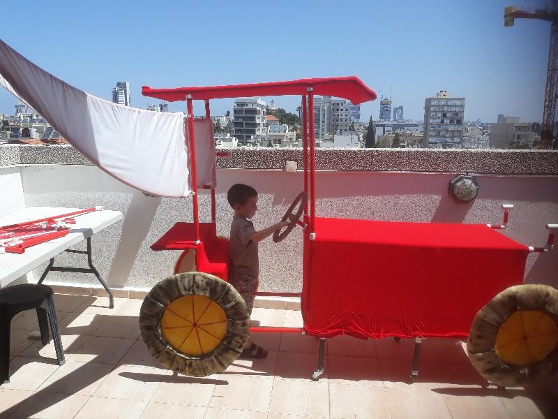 תפאורת טרקטור נוסע (על גלגלים)