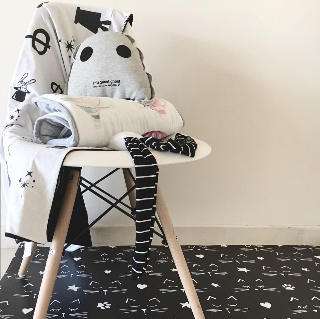 שטיח פיויסי שחור עם חתולים