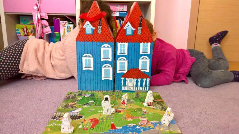 בית בובות מומינים עם פאזל ו-5 בובות עץ