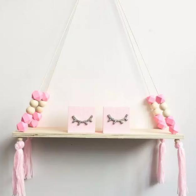 מדף עם חרוזים בצבע ורוד מדף לחדר ילדים אקססוריז עיצוב חדר ילדים