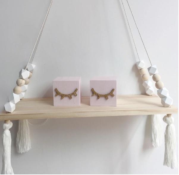 מדף עם חרוזים בצבע לבן מדף לחדר ילדים אקססוריז עיצוב החדר