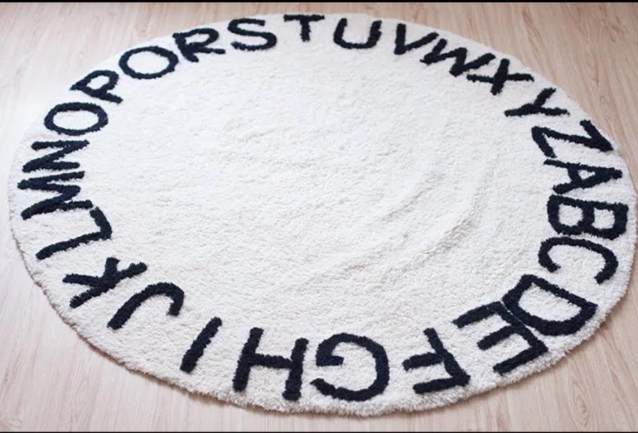 שטיח עגול לחדר ילדים לבן בהדפס אותיות ABC