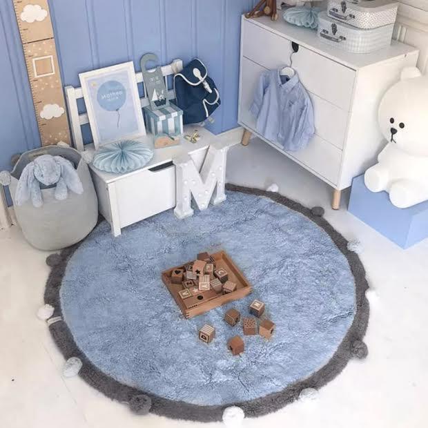שטיח עגול לחדר ילדים תכלת פונפונים