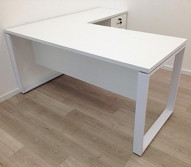 שולחן מחשב פינתי לבן  בשילוב רגל מתכת  למשרד דגם הוקאידו