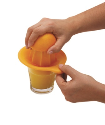 מסחטת מיץ על כוס