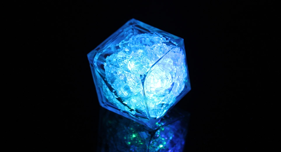 קוביות קרח מאירות בשלל צבעים