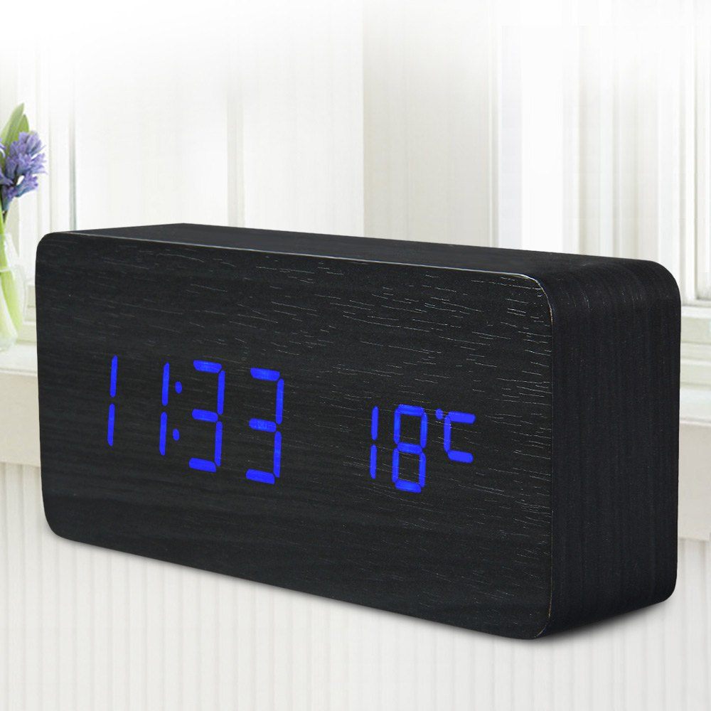 שעון מעורר דיגיטלי בעיצוב רטרו מעץ