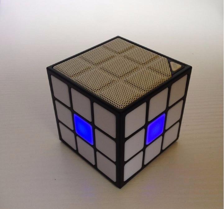 רמקול בלוטוס בצורת קוביה הונגרית עם תאורה