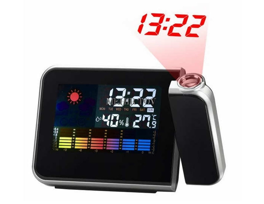 שעון מעורר דיגיטלי מודרני מקרין את השעה לקיר