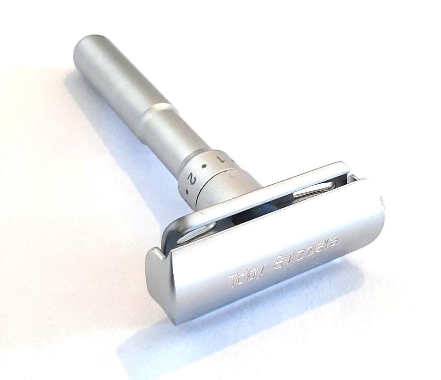 מכשיר גילוח קלאסי מתכוונן כולל מעמד