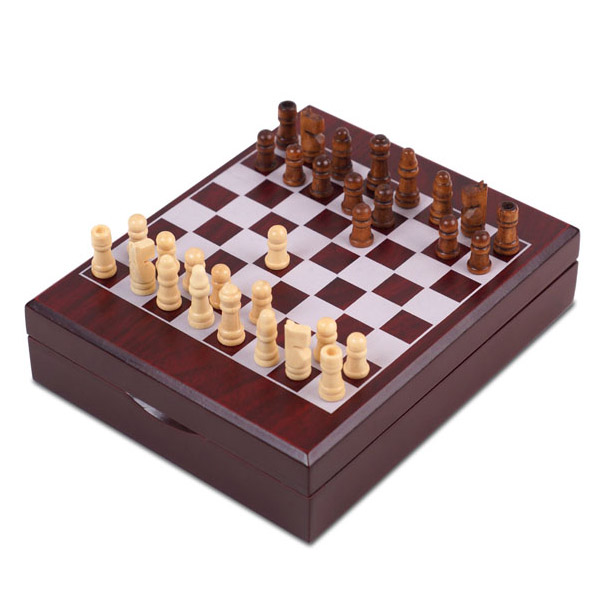 סט אביזרי יין מעץ בשילוב לוח וכלי שחמט דגם שח